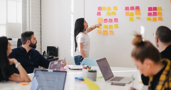 Folositi tehnica de brainstorming in echipa? Beneficii si sfaturi pentru a avea rezultate excelente!
