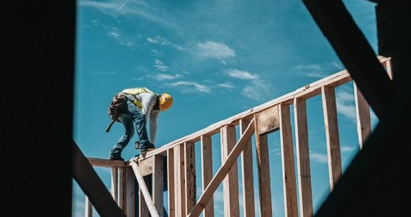 Stabilitate a numarului de salariati in constructii, servicii si comertul cu amanuntul